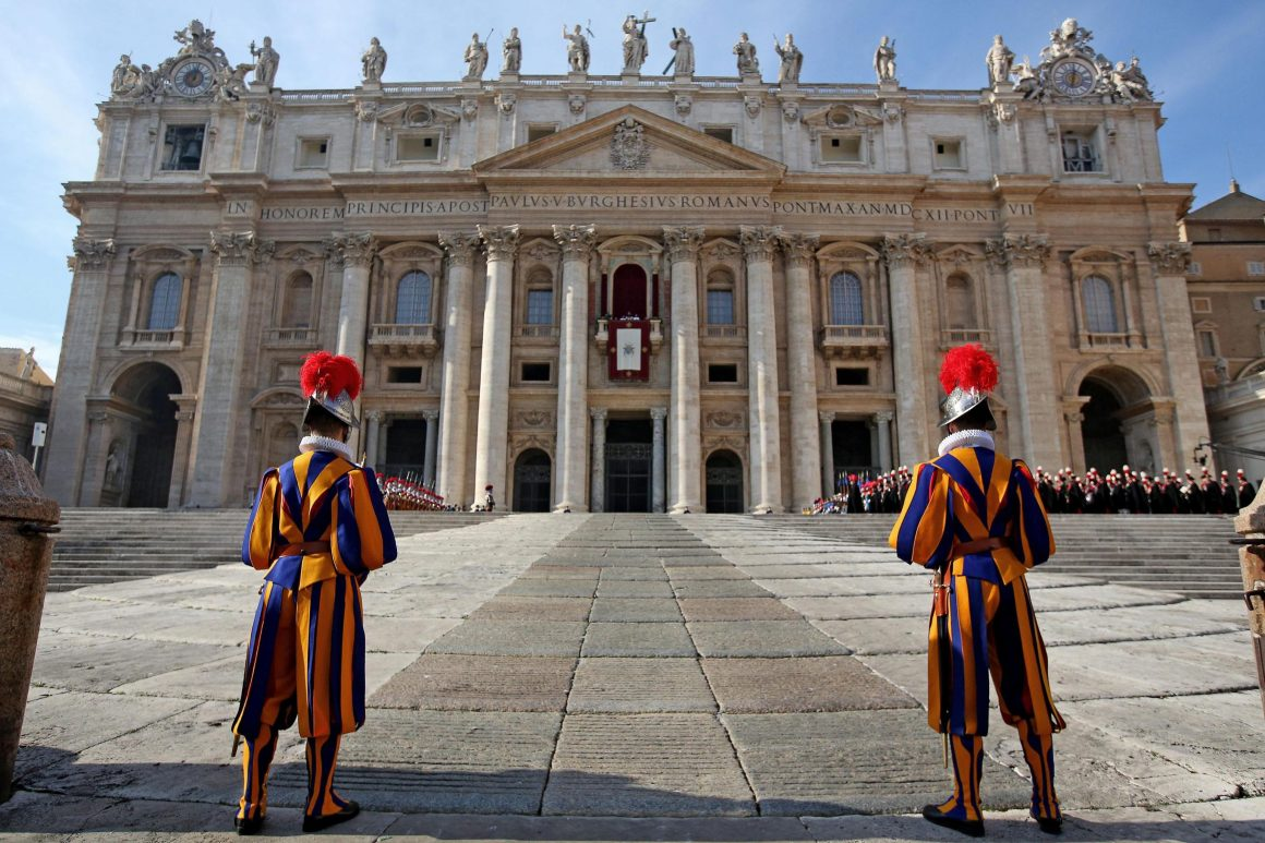 SWISS GUARDS STAND IN FRONT OF THE ST. PETER'S BASILICA AT THE END OF THE CHRISTMAS DAY MESSAGE BY POPE FRANCIS (NOT VISIBLE HERE), IN VATICAN CITY, ON CHRISTMAS DAY, DECEMBER 25, 2015. © ALESSANDRO DI MEO (PAP/EPA)